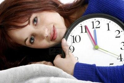 3191265-mujer-abrazar-un-reloj